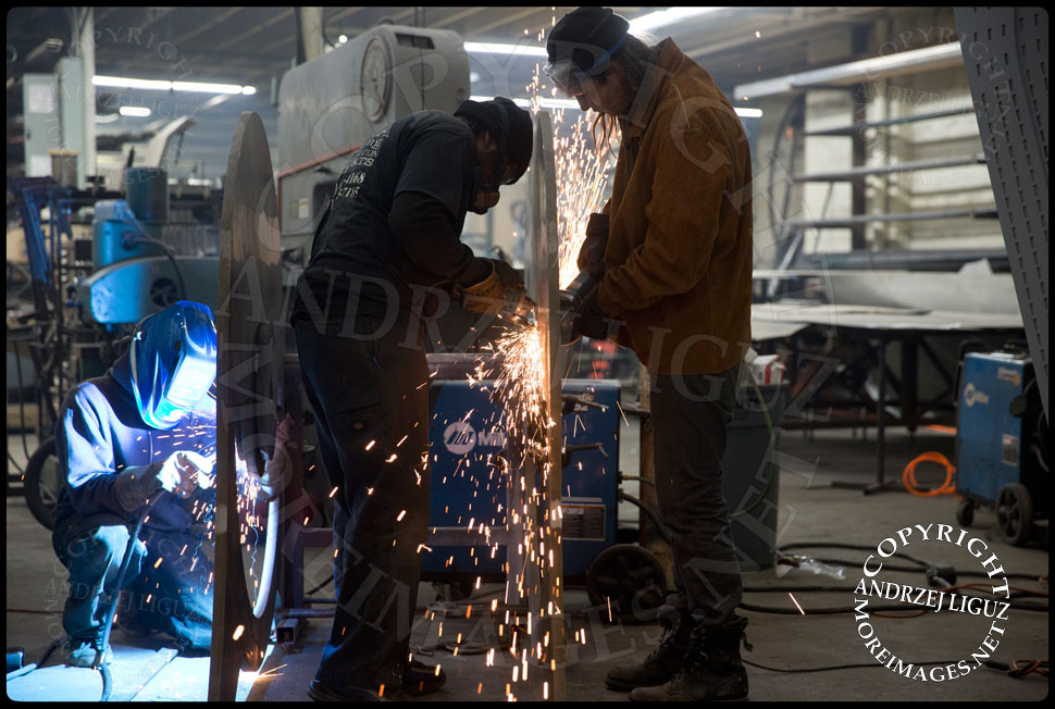 Finishing the base of the 'Seagram' sculpture at the Serett Metal workshop © Andrzej Liguz/moreimages.net. Not to be used without permission