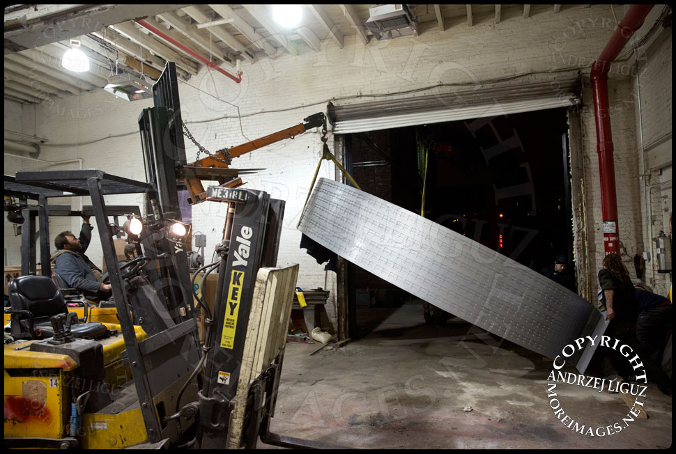 Josh Young moving the 4.5 Tonne 'Helmsley' sculpture so it can fit through the doors at the Serett Metal workshop © Andrzej Liguz/moreimages.net. Not to be used without permission