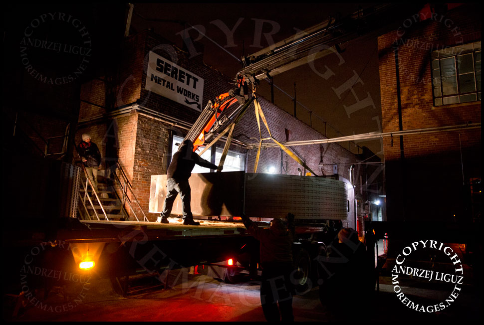 The 'Helmsley' sculpture being maneuvered onto the truck outside the Serett Metal workshop © Andrzej Liguz/moreimages.net. Not to be used without permission