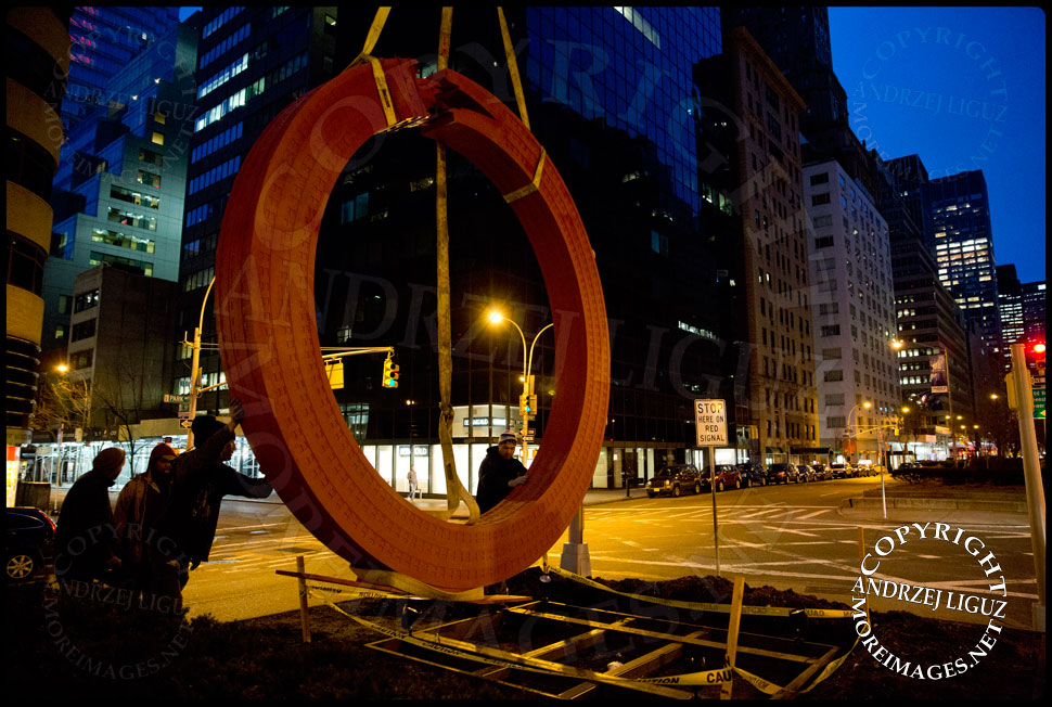 Moving the 'Sherry Netherland' sculpture into position at 59th St and Park Avenue © Andrzej Liguz/moreimages.net. Not to be used without permission
