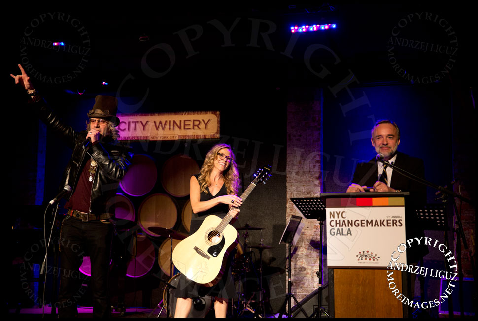 Big Kenny and Sheryl Crow raising money during the auction at the African Childrens Choir 5th Annual NYC ChangeMakers Gala  © Andrzej Liguz/moreimages.net. Not to be used without permission