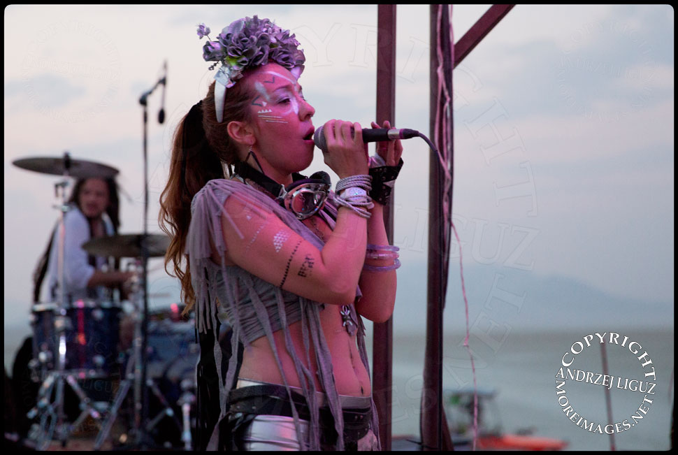 Natalia singing with Thievery Corp at Burning Man © Andrzej Liguz/moreimages.net. Not to be used without permission