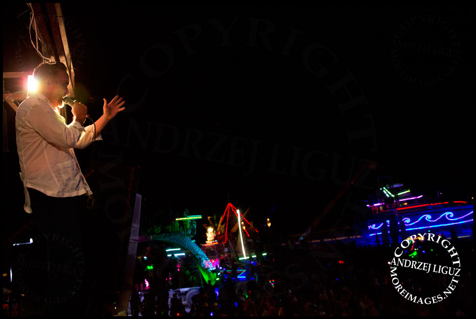 Frank Orrall singing with Thievery Corp at Burning Man © Andrzej Liguz/moreimages.net. Not to be used without permission