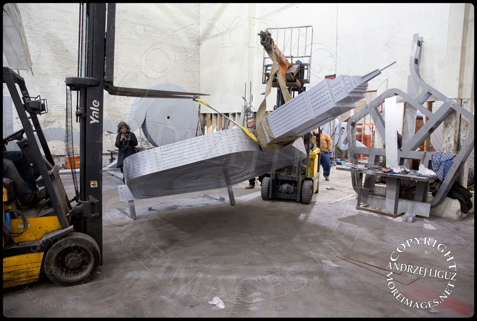 Moving the 'Empire State' sculpture at the Serett Metal workshop © Andrzej Liguz/moreimages.net. Not to be used without permission