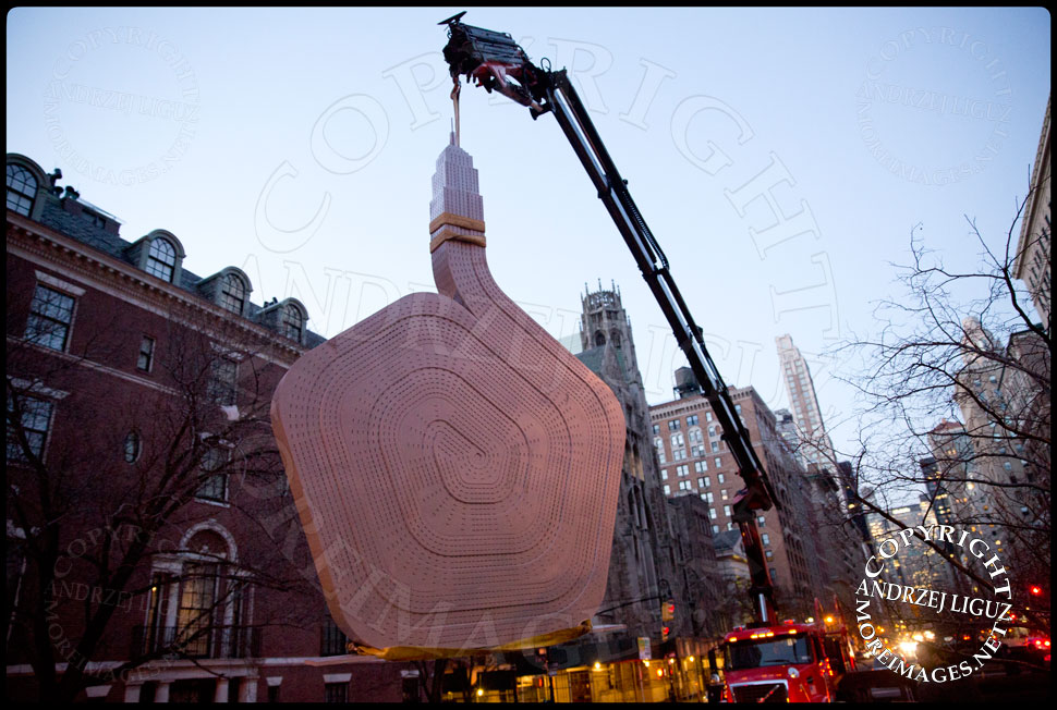 Moving the 'Empire State' sculpture off the truck at 64th St and Park Avenue © Andrzej Liguz/moreimages.net. Not to be used without permission