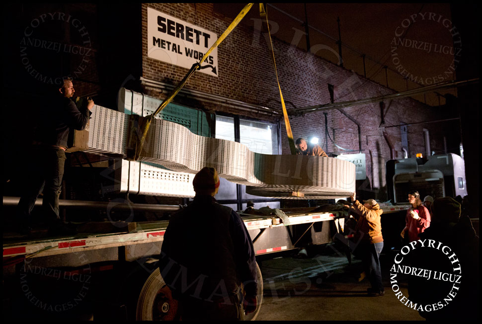 The 'Seagram' sculpture being maneuvered onto the truck outside the Serett Metal workshop © Andrzej Liguz/moreimages.net. Not to be used without permission