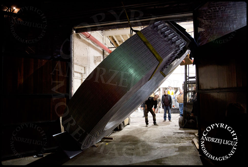 The two forklifts push the 4.5 Tonne 'Helmsley' sculpture out through the doors of the Serett Metal workshop © Andrzej Liguz/moreimages.net. Not to be used without permission