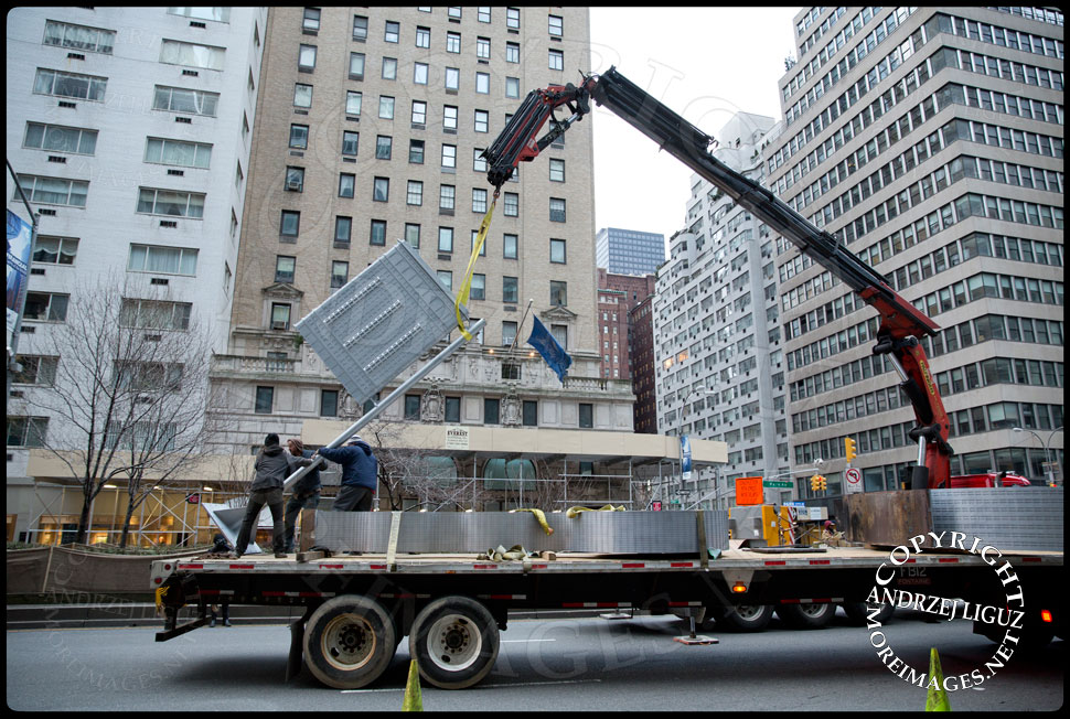 Moving the 'Flatiron' sculpture off the truck at 61st St and Park Avenue © Andrzej Liguz/moreimages.net. Not to be used without permission