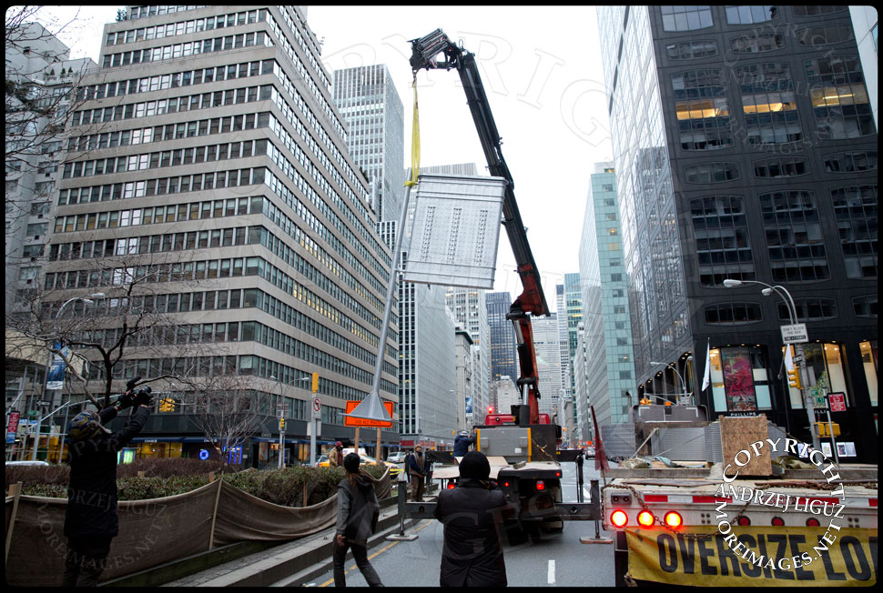 Moving the 'Flatiron' sculpture into position at 61st St and Park Avenue © Andrzej Liguz/moreimages.net. Not to be used without permission