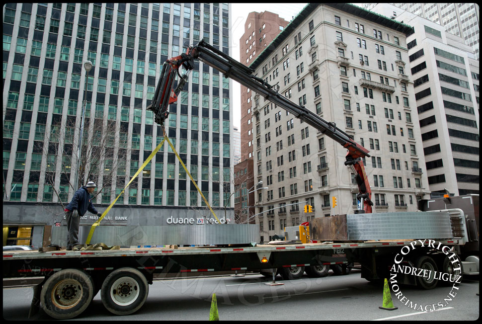 Moving the 'Seagram' sculpture off the truck at 55th St and Park Avenue © Andrzej Liguz/moreimages.net. Not to be used without permission