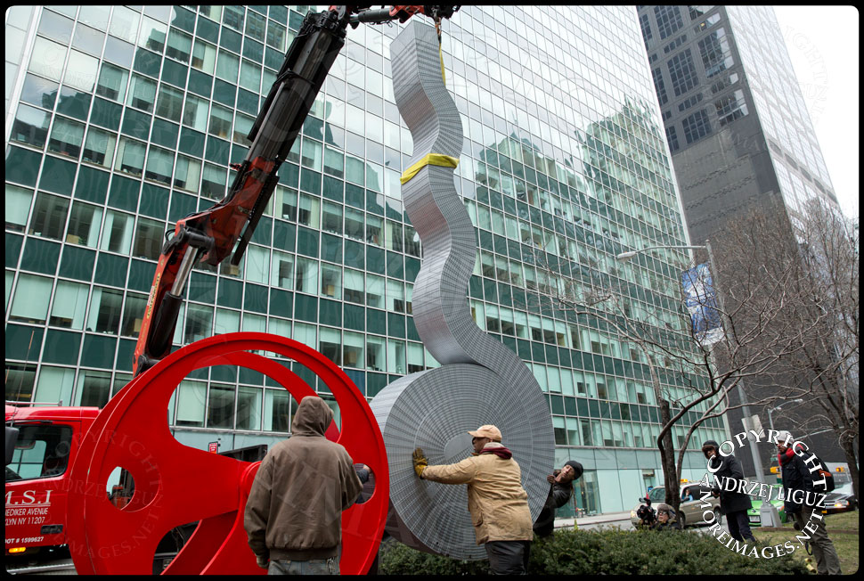 Moving the 'Seagram' sculpture into position at 55th St and Park Avenue © Andrzej Liguz/moreimages.net. Not to be used without permission