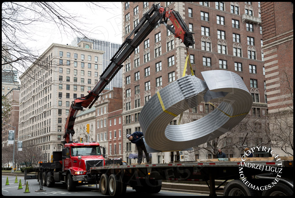 Lifting the 'Helmsley' sculpture off the truck at 65th St and Park Avenue © Andrzej Liguz/moreimages.net. Not to be used without permission