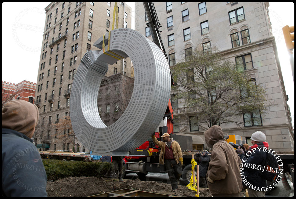 Maneuvering the 'Helmsley' sculpture into position at 65th St and Park Avenue © Andrzej Liguz/moreimages.net. Not to be used without permission