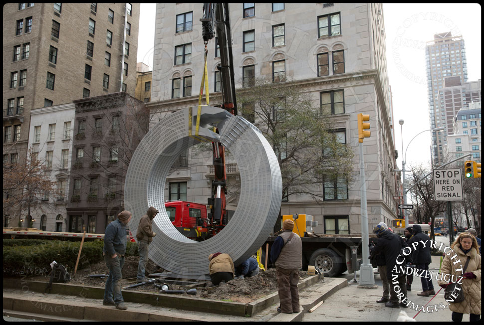 Bolting the 'Helmsley' sculpture into position at 65th St and Park Avenue © Andrzej Liguz/moreimages.net. Not to be used without permission